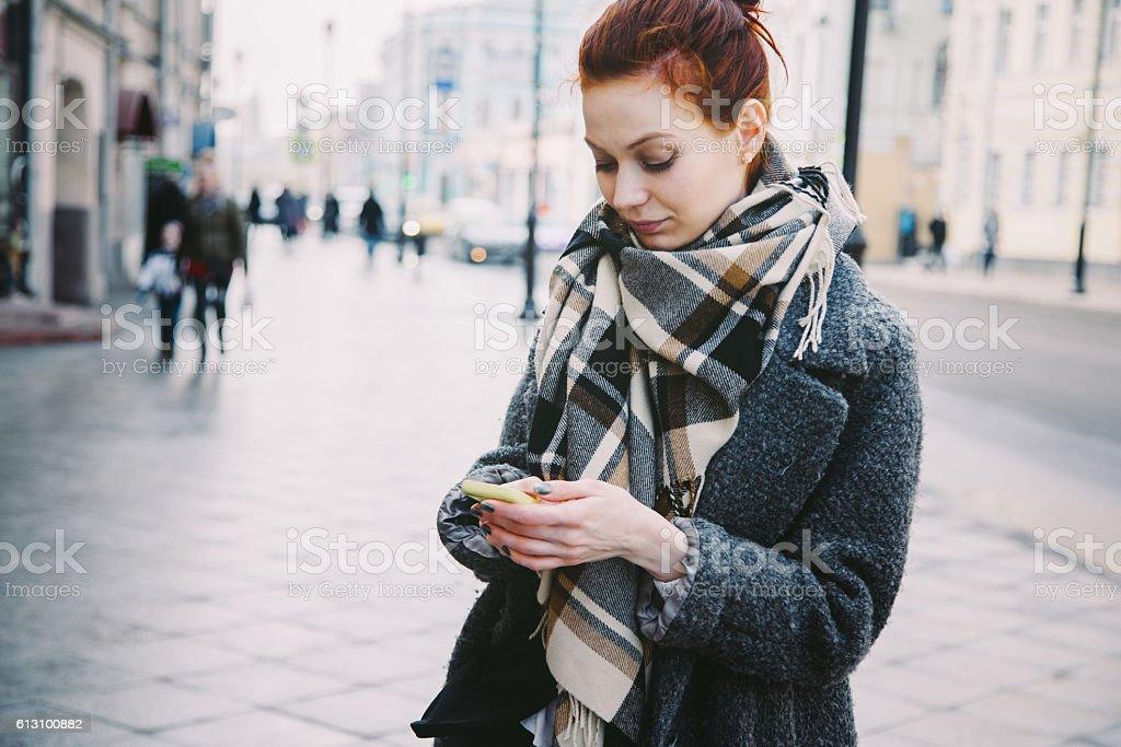 Frau mit Handy auf der Straße – Foto