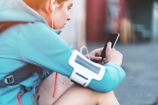 Frau mit Handy, Sport und Training – Foto