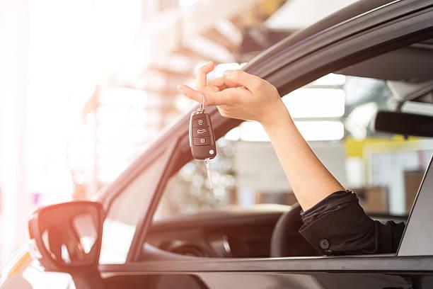 woman with new car key - autos für fahranfänger stock-fotos und bilder