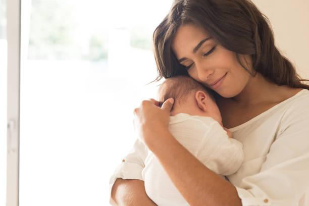 mulher com bebê recém-nascido - mãe - fotografias e filmes do acervo