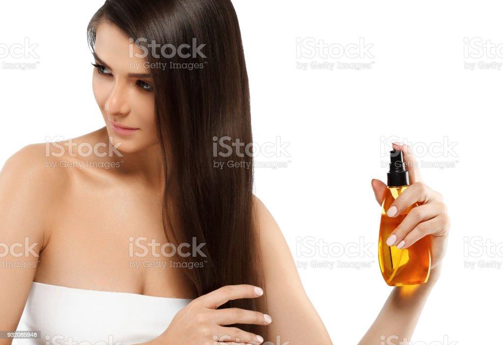 Mujer con el concepto de belleza cosmética piel cuidado con aceite. Spa modelo femenino joven con aceite cuidado de la piel. - foto de stock