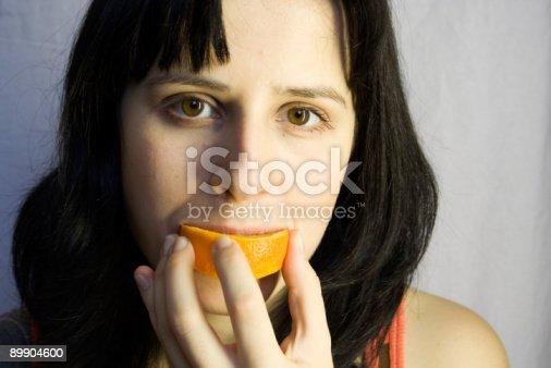 Женщина с оранжевый — стоковые фотографии и другие картинки Апельсин
