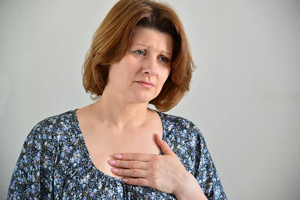 woman with pain in  chest, angina - sternum photos et images de collection