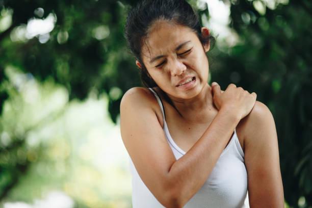 frau mit schmerzen in schulter und oberarm, health care konzept - schultersteife stock-fotos und bilder