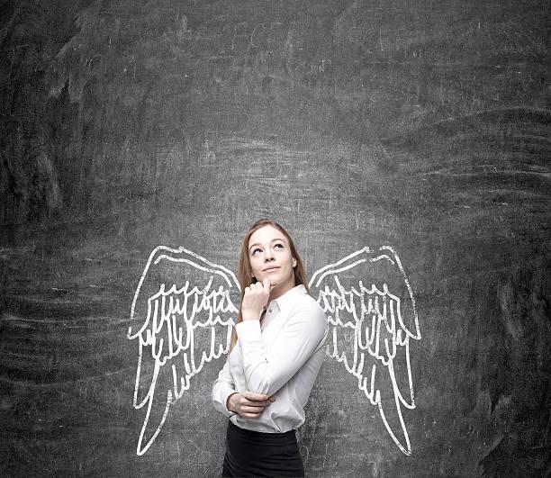frau mit bemalten flügel - engel zeichnen stock-fotos und bilder