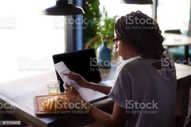 Frau Mit Zeitung Stockfoto und mehr Bilder von Arbeiten