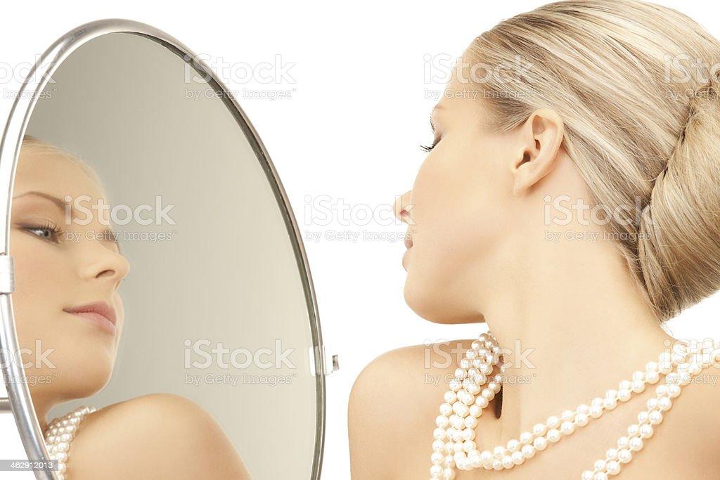 Mujer con collar de perlas - Foto de stock de Abalorio libre de derechos