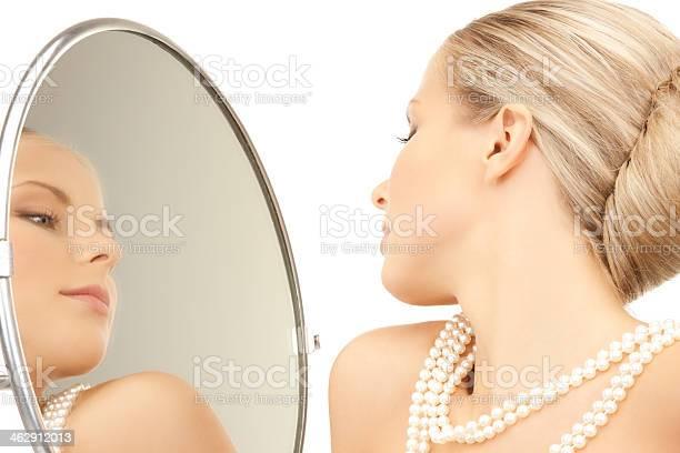 Mujer Con Collar De Perlas Foto de stock y más banco de imágenes de Abalorio