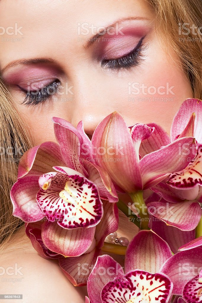 Donna con orchidee rosa foto stock royalty-free