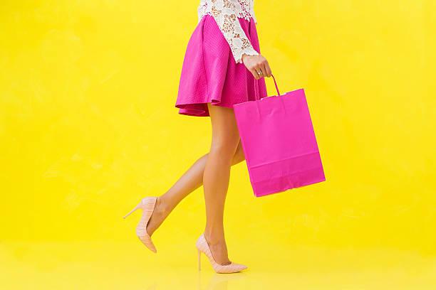 woman with pink shopping bag - damen rock pink stock-fotos und bilder