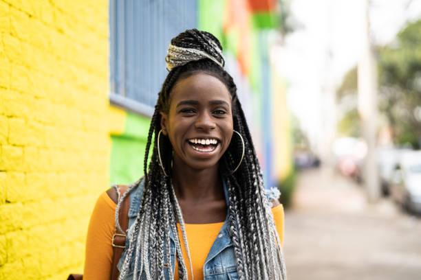 mujer con retratos en la calle - mujeres dominicanas fotografías e imágenes de stock