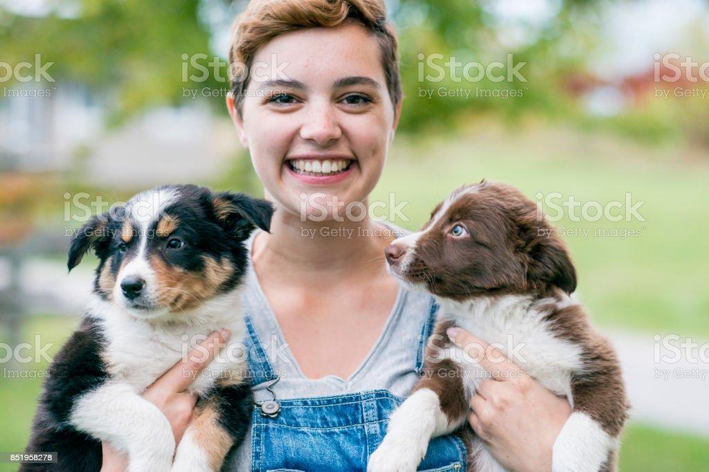Mujer con cachorros - foto de stock