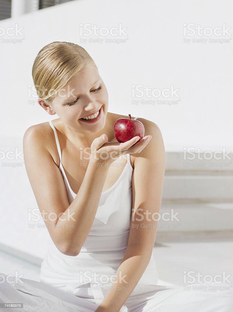 Mulher com Maçã vermelha ao ar livre foto de stock royalty-free