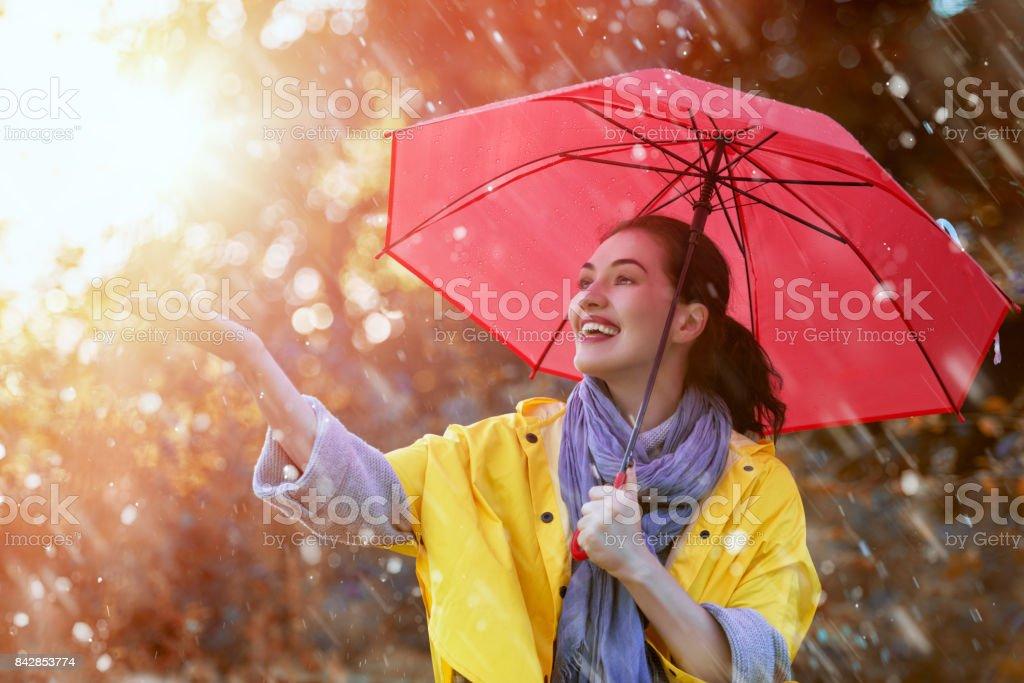 Frau mit roten Regenschirm - Lizenzfrei Attraktive Frau Stock-Foto