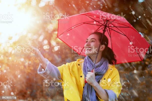 Frau Mit Roten Regenschirm Stockfoto und mehr Bilder von Attraktive Frau
