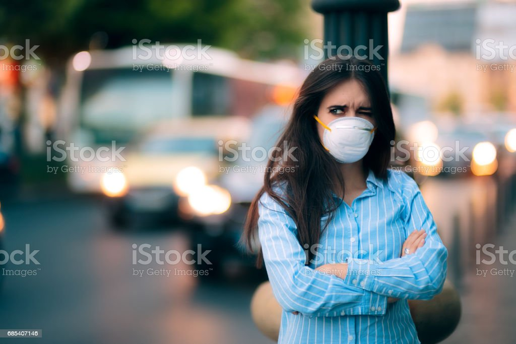 Woman With Respiratory Mask Out in Polluted City – zdjęcie
