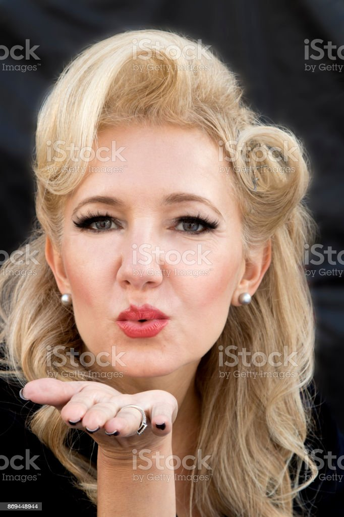 Fotografia De Mujer Con Peinado Retro Que Sopla Un Beso Y Mirando
