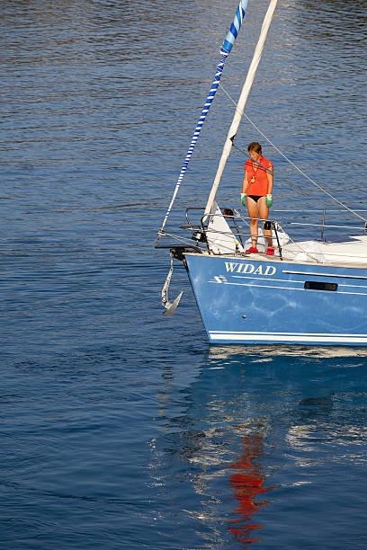frau mit segelboot in der ägäis - segelhandschuhe stock-fotos und bilder