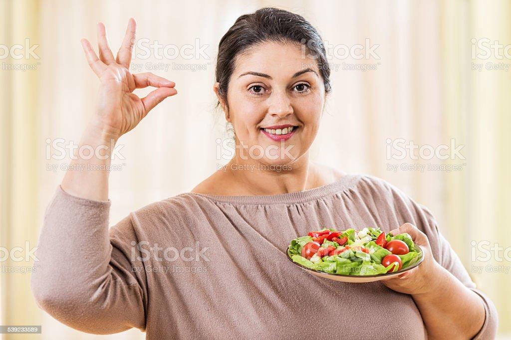 Mujer con una ensalada. foto de stock libre de derechos