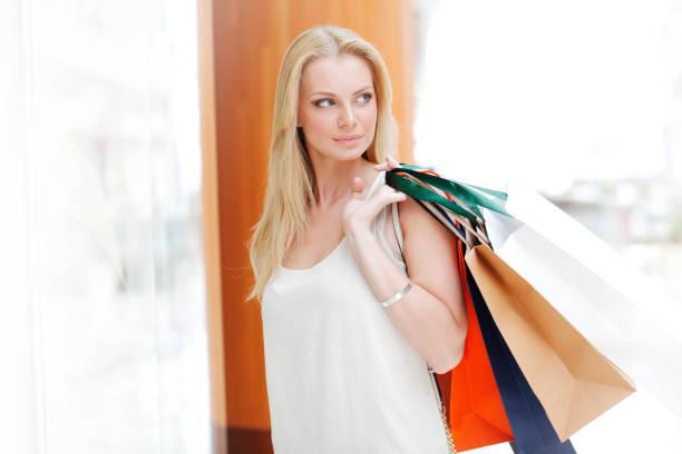 Frau mit Einkaufstaschen – Foto