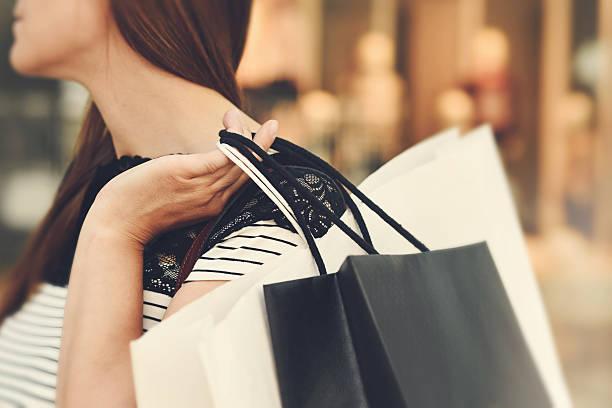 Frau mit Einkaufstüten  – Foto