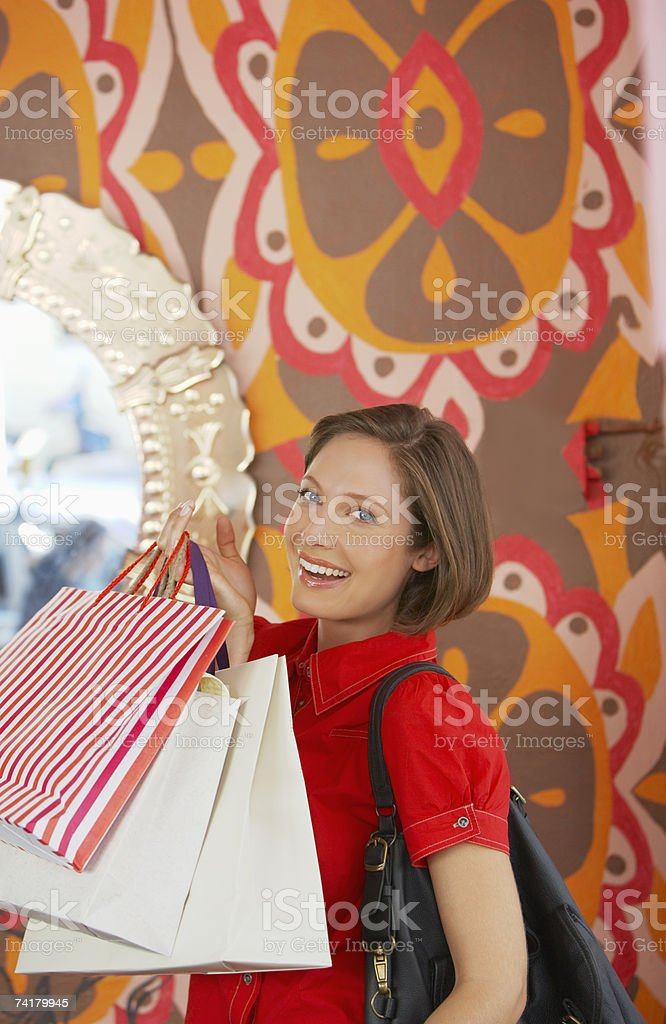 Mulher sorridente com sacos de Compras foto de stock royalty-free