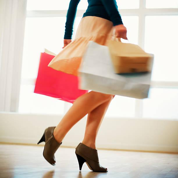 frau mit einkaufstüten mit high heels - kleider günstig kaufen stock-fotos und bilder