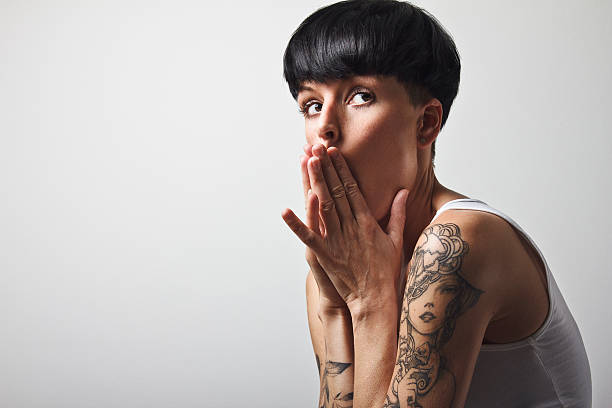 frau mit kurzen haaren und tattoos schwarz - kurze schwarze haare stock-fotos und bilder