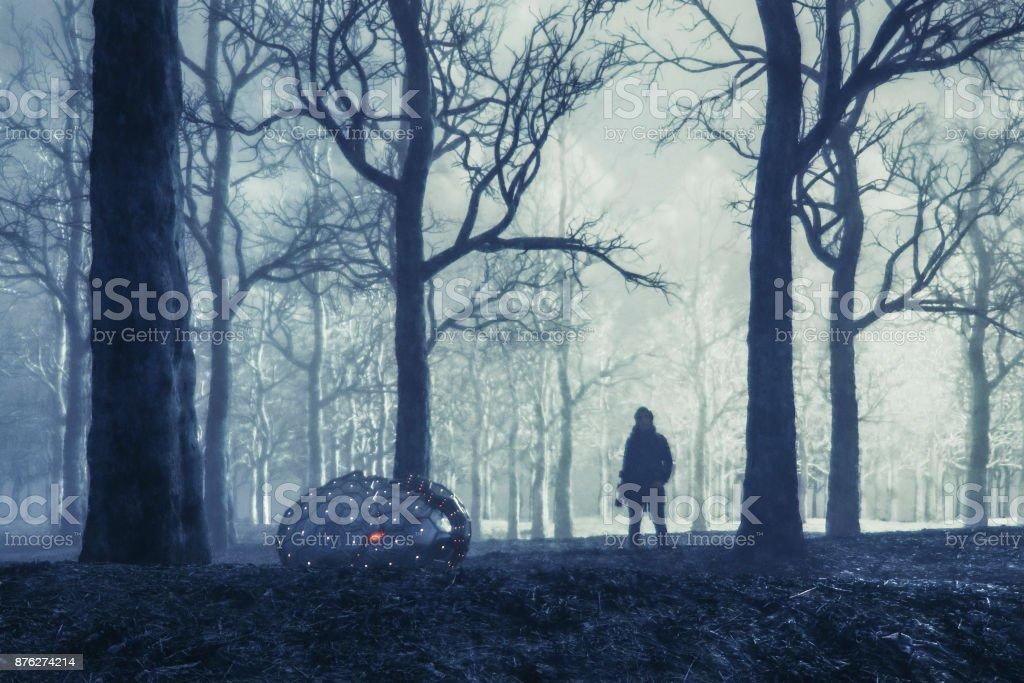 Mulher com skate e misterioso objeto alienígena na floresta à noite - foto de acervo