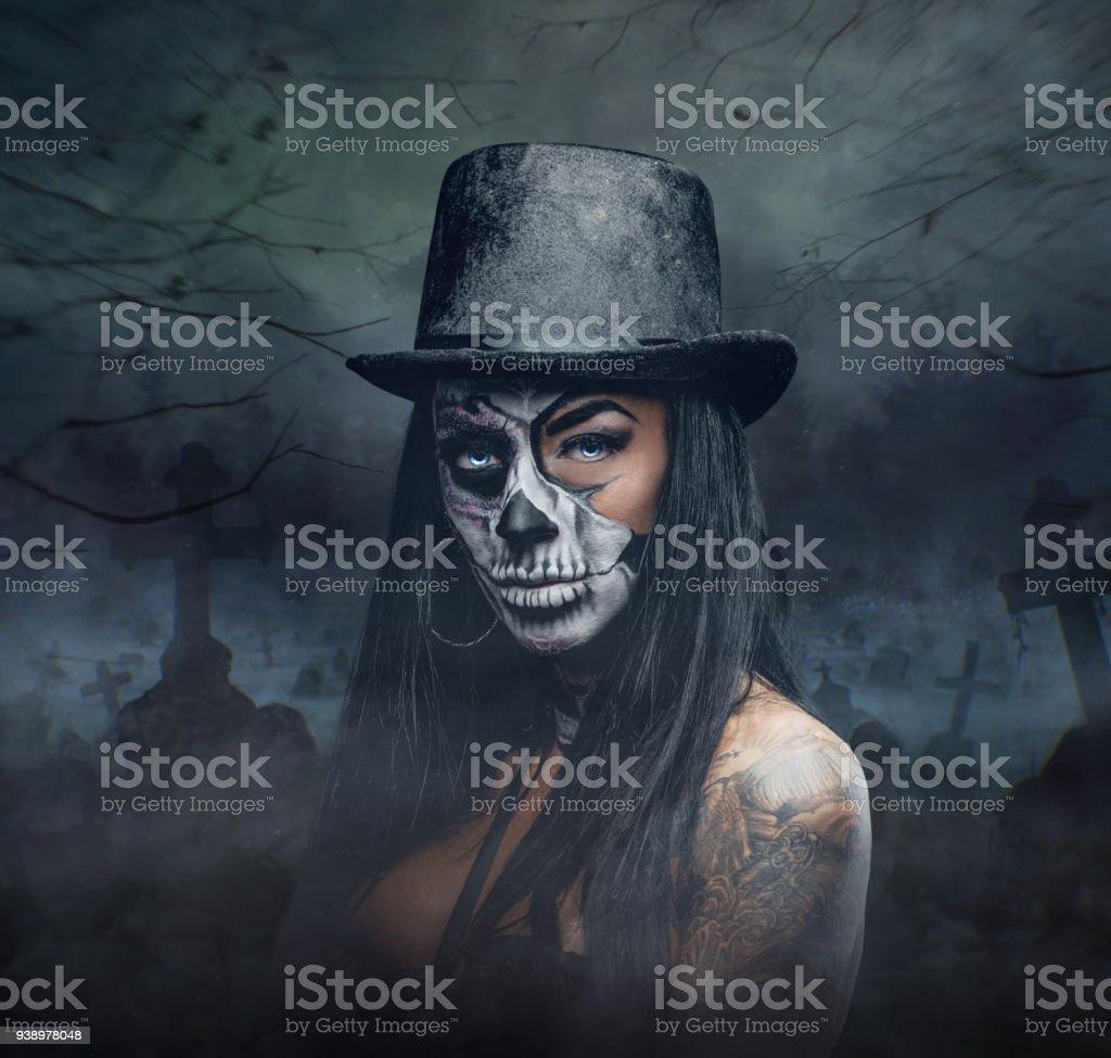 Eine Frau Mit Schadel Bilden Im Zylinderhut Auf Halloween Stock
