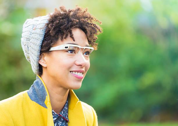 frau mit smart brille - tageslichtbeamer stock-fotos und bilder