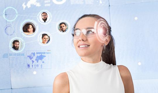 Mujer Con Gafas Inteligentes Foto de stock y más banco de imágenes de Adulto