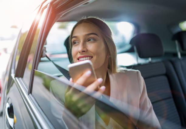 Frau mit Ihrem Smartphone im Auto – Foto