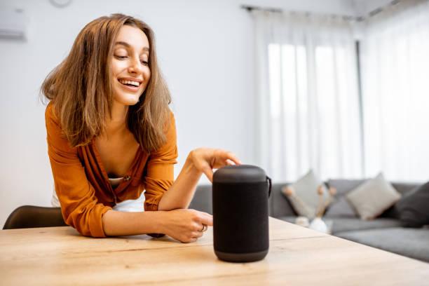 Frau mit smarter Funksäule zu Hause – Foto