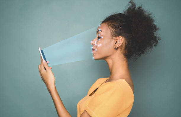 yüz kimlik tanıma sistemi kullanarak akıllı telefon ile kadın - kimlik stok fotoğraflar ve resimler