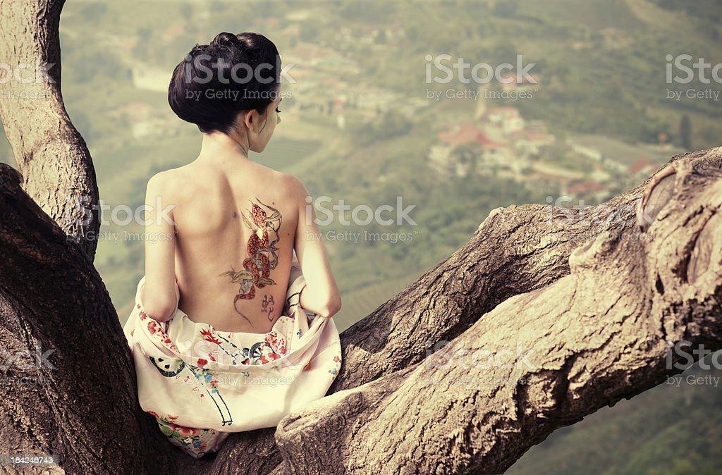 Femme Au Tatouage De Serpent Sur La Branche Darbre Photos Et Plus