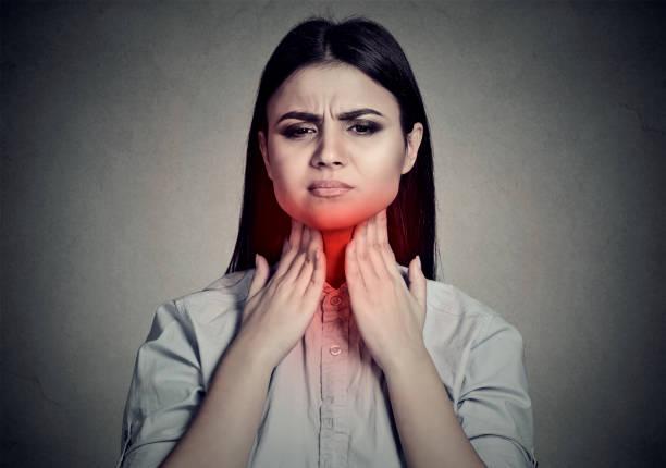 Frau mit Halsschmerzen Hals berühren – Foto