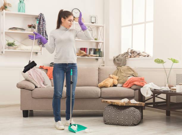 家の掃除、特殊装備の女性 - 家事 ストックフォトと画像