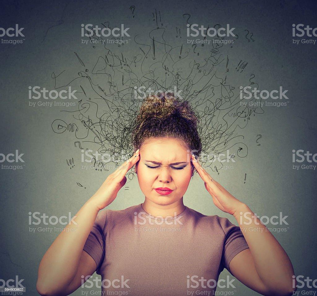 Gestresste Frau mit Gesichts-Ausdruck Gehirn schmelzen In lines – Foto