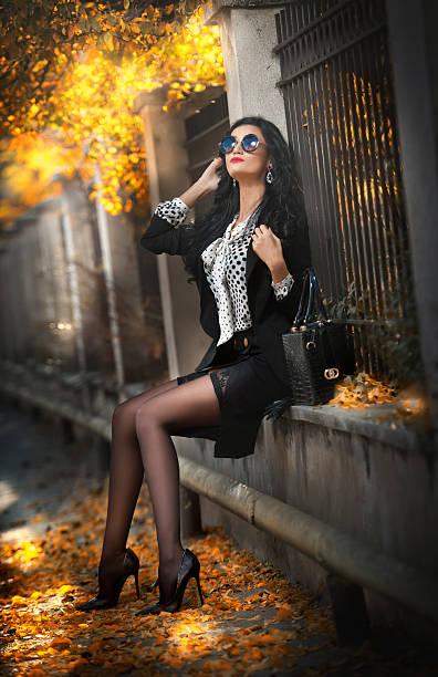 Frau mit Sonnenbrille in herbstlichen Mode-Foto – Foto