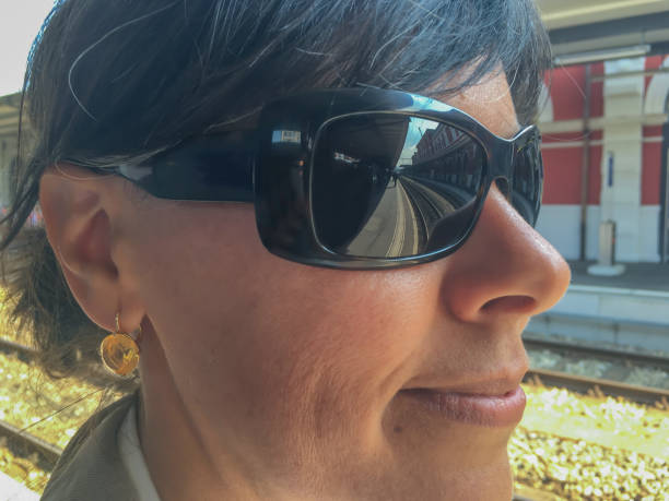 woman with sunglasses - ohrringe infinity stock-fotos und bilder