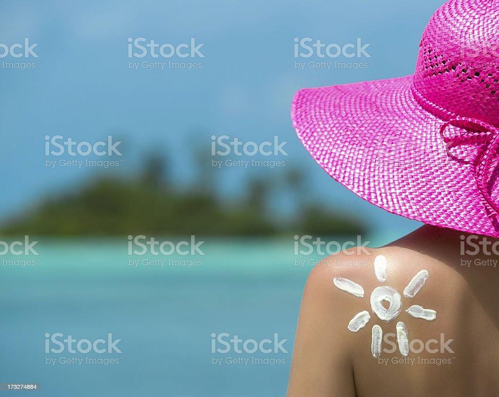 Mujer con crema de sol en forma de sol - Foto de stock de Crema de sol libre de derechos