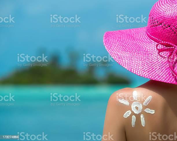 Mujer Con Crema De Sol En Forma De Sol Foto de stock y más banco de imágenes de Crema de sol