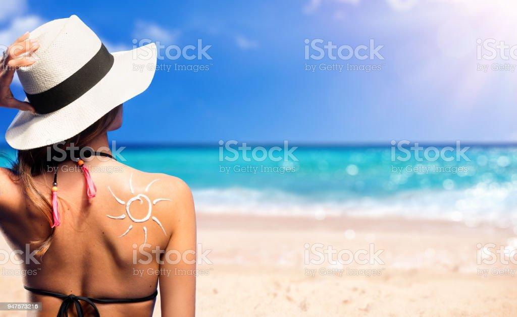 Frau mit Sonnencreme geformte Sonne – Foto