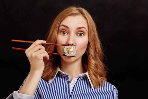 Resultado de imagen para mujer comiendo sushi