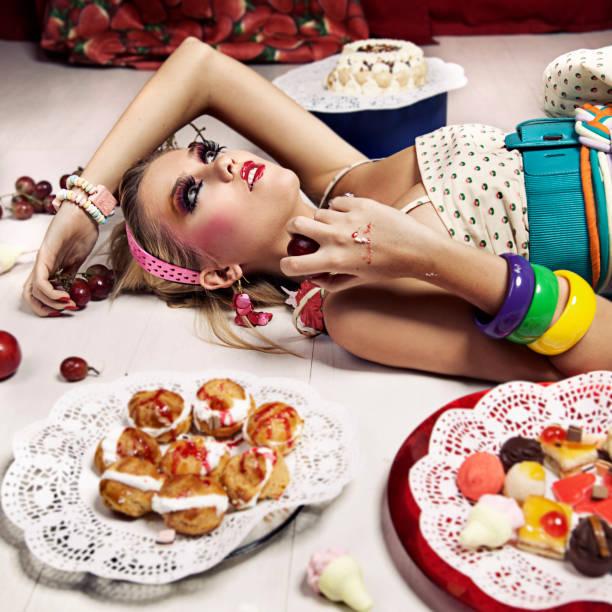 frau mit sweet food - make up torte stock-fotos und bilder