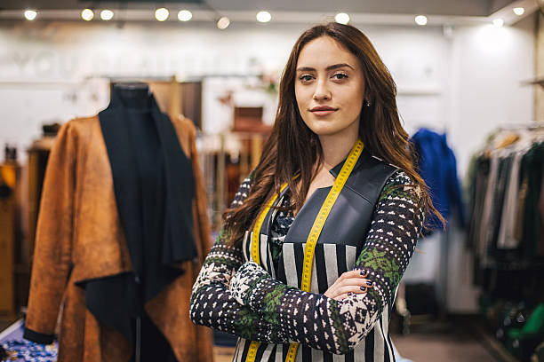 donna con metro a nastro nel dipartimento di moda - tailor working foto e immagini stock