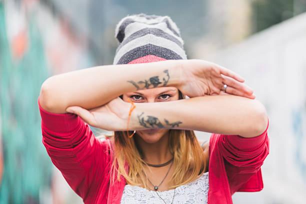 frau mit tattoo - tattoos frauen arm stock-fotos und bilder