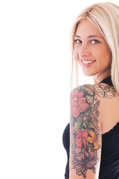 frau mit tätowierungen - tattoos frauen arm stock-fotos und bilder