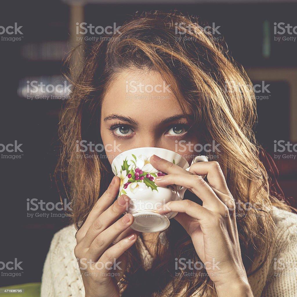 Mujer con taza de té - foto de stock